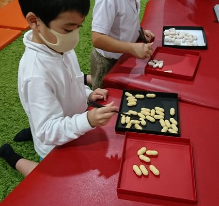 学習開始前に箸ピーで遊ぶ子供たち