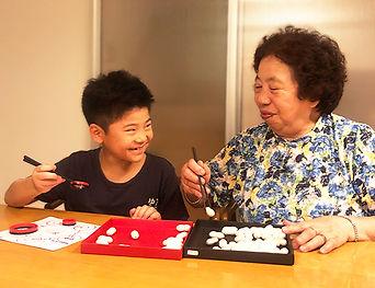 おばあちゃんと孫と箸タイム01.jpg
