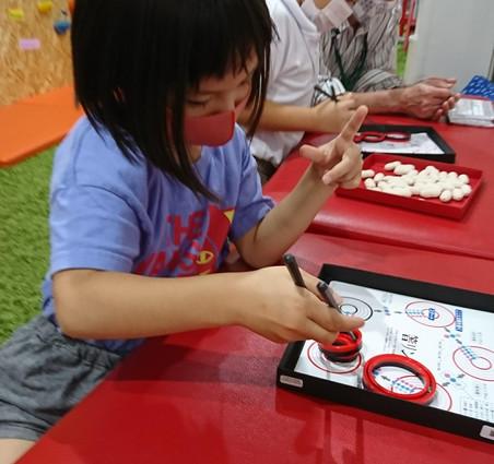 箸リンで遊ぶ子供たち