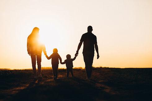 silhouette-famille-heureuse-au-coucher-d