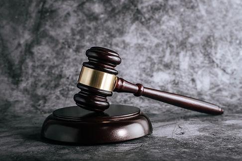 juges-bois-jonchent-table-dans-salle-aud