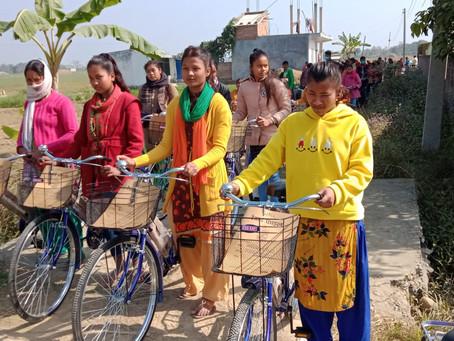 क्रियटिङ पोसिबिलिटिज सीपी नेपालले विद्यार्थी, उद्यमी महिलालाई साइकल सहयोग