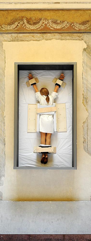 Untitled (2007) Donna crocifissa