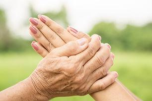 twee-handen-houden-elkaar-met-liefde-azi