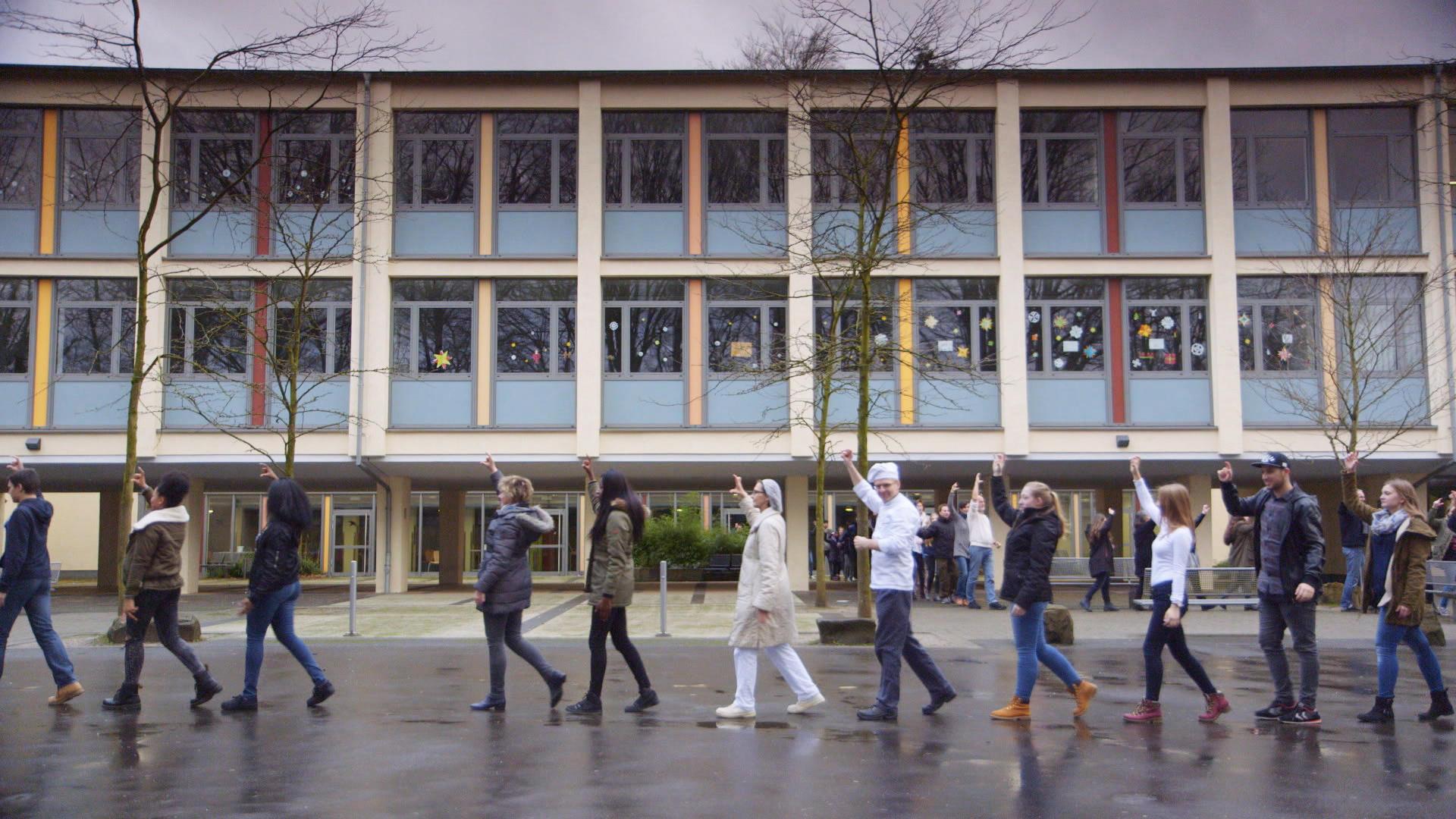 Still aus Pina Bausch Gesamtschule tanzt The NELKEN-Line, Copyright Pina Bausch Foundation _1c529a53
