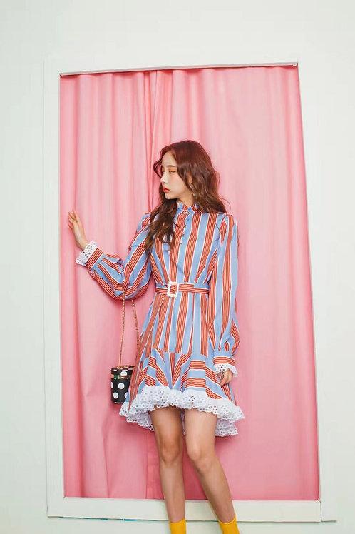 条纹蕾丝边连衣裙