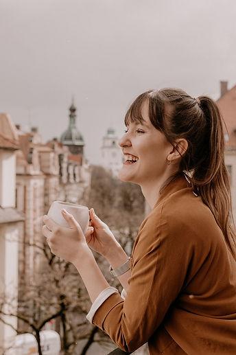 Nadja Kögel als Hochzeitsplanerin mit einem Kaffee in der Hand in München