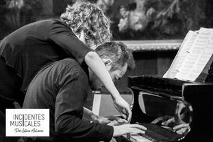 UN PIANO PARA CUATRO MANOS