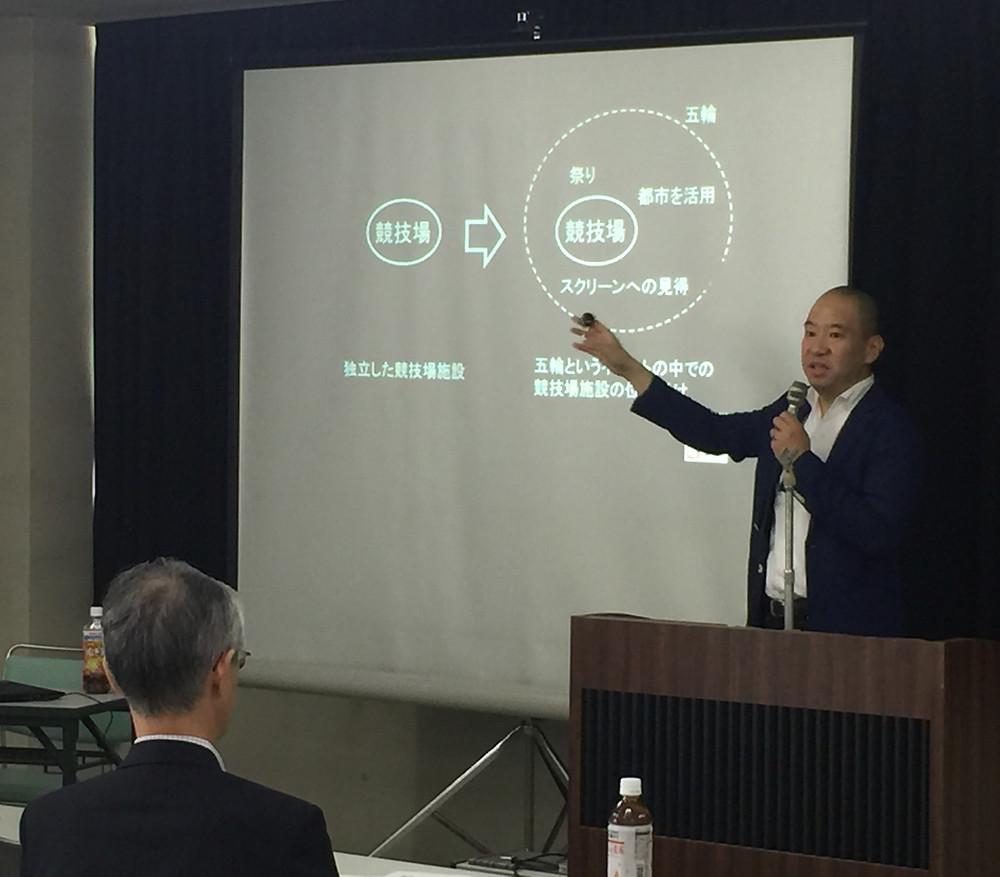 講演するKazuya Yamazaki (山嵜一也)一級建築士