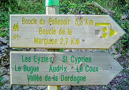 Cottages de Garrigue Dordogne walking holidays green and yellow signs