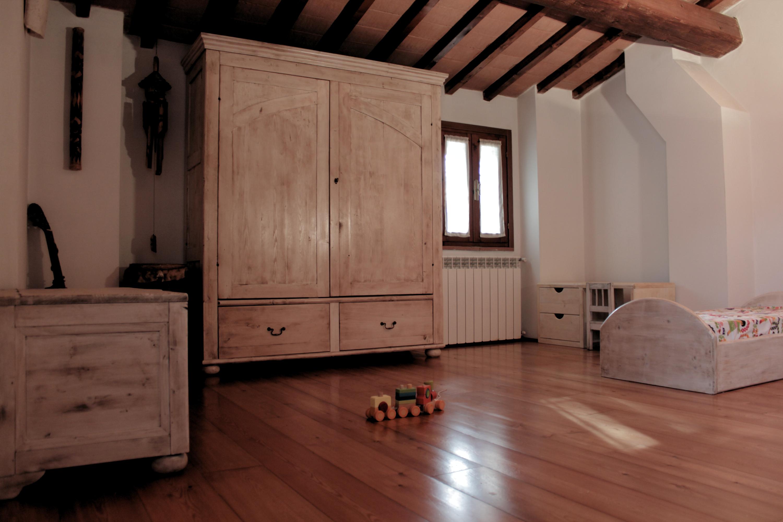 camera con mobili decapati a cera