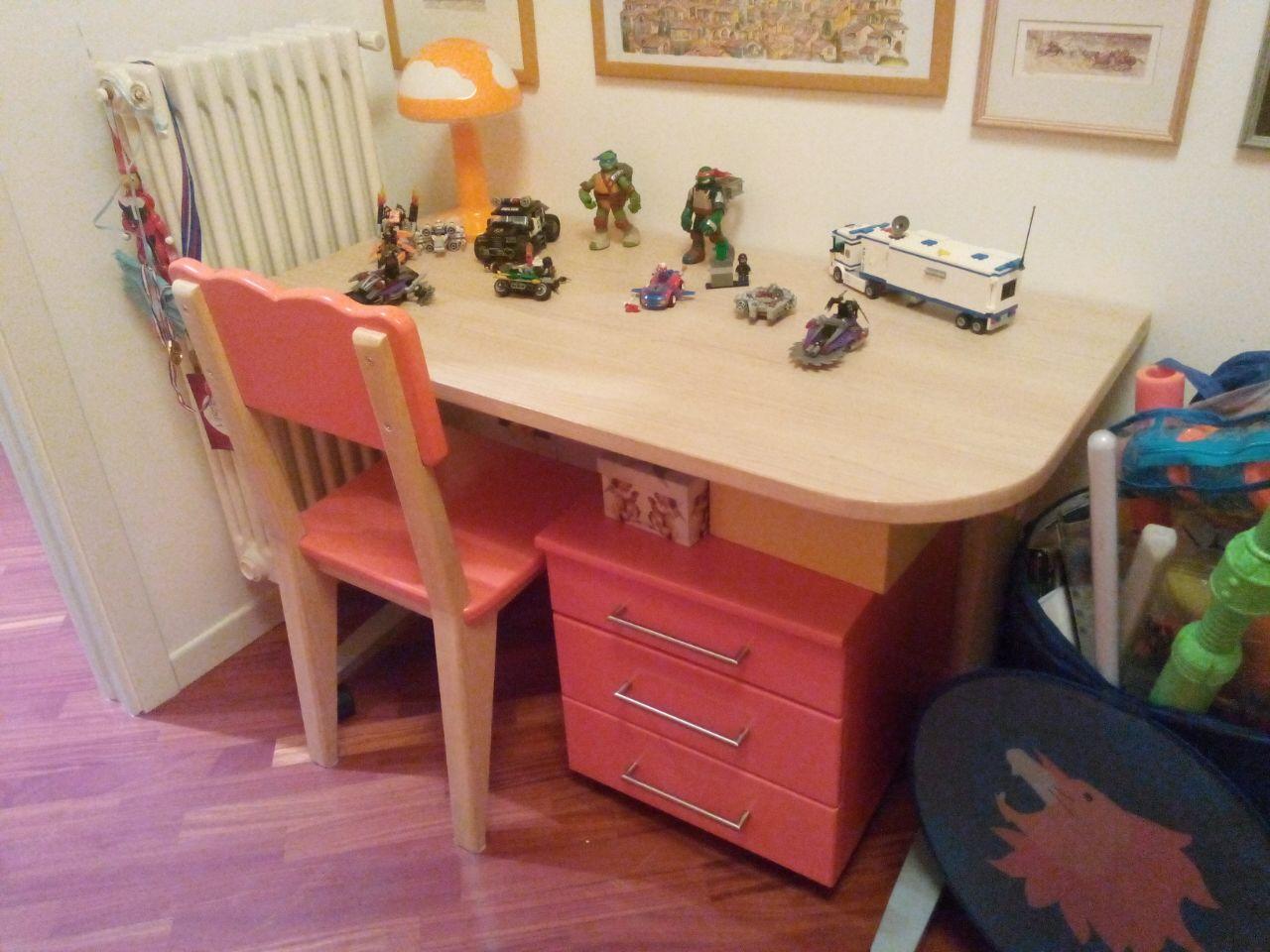 scrivania stondata con cassettiera