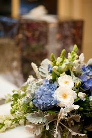 White and blue ceremony arrangement