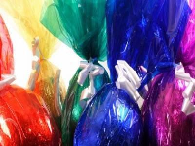 Riciclare la carta dell'uovo di Pasqua con i bambini: le girandole colorate