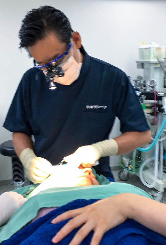 ภาพ : อาจารย์หมอ ยามาโมโตะ ยูทากะ ขณะปฎิบัติงานในคลีนิค