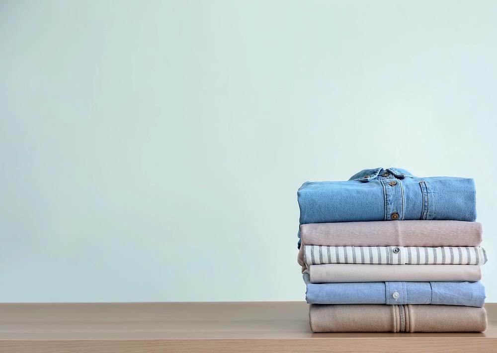 สำหรับคนที่พิถีพิถันเรื่องของกลิ่นเสื้อผ้าเป็นพิเศษ เคล็ดลับคือ ตู้เสื้อผ้าหรือในห้องเราไม่ควรมีความชื้นมากเกินไป. ถ้าเสื้อผ้ายังไม่แห้งดี หรือรีดผ้าแล้วพรมน้ำ ในเส้นใยอาจจะมีความชื้นที่หลงเหลือในเส้นใย
