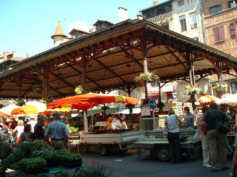 place de la halle, le samedi matin jour de marché