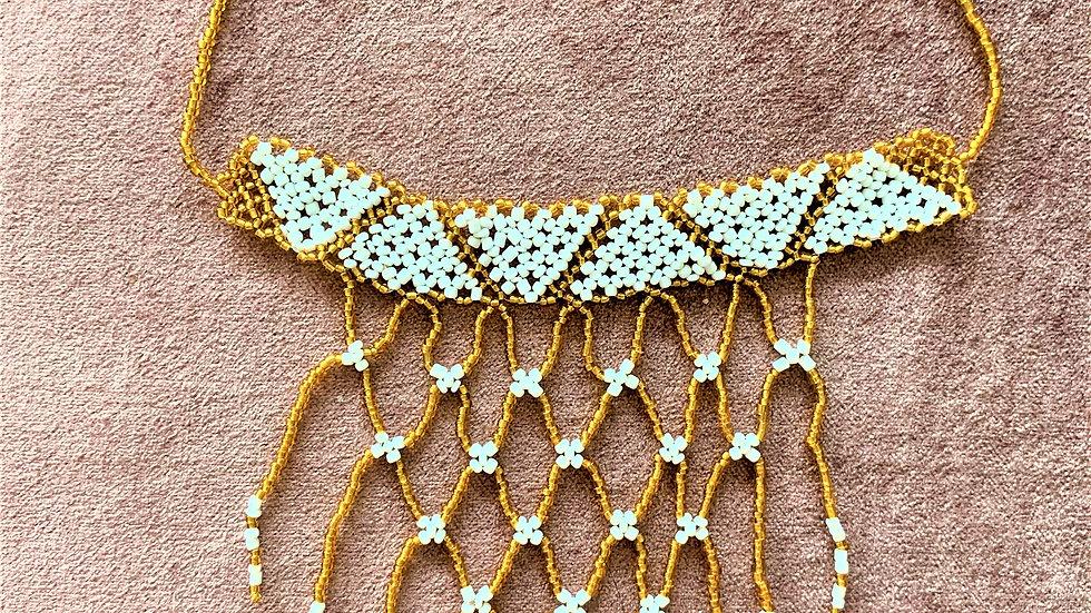 Collier court effet crochet avec perles pendantes
