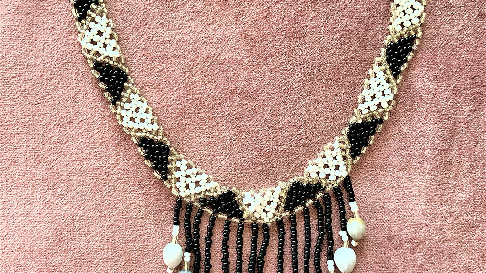 Necklace short crochet effect with dangling beads and shells