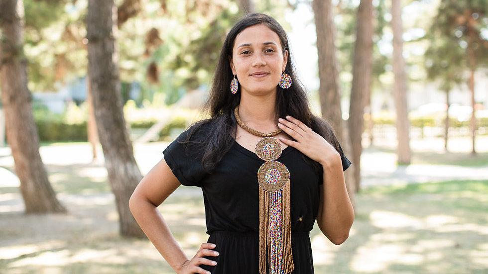 Collier avec deux rondelles et des perles pendantes