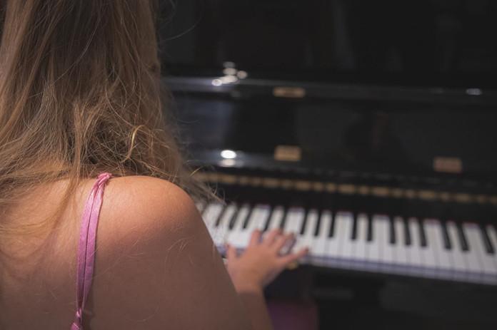 Fotoshoot Amber Alora piano.jpg