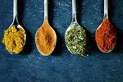 krydderier på skeen