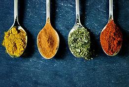 Cuillères d'épices et herbes aromatiques
