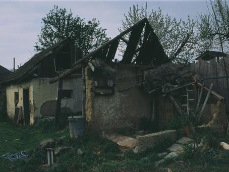 Lelakott ház az utca végén