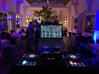 DJ på Mini Bottle Gallery
