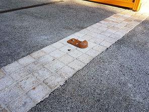 pavage seuil de portail, amenagement paysager seynod, pavé granit jaune