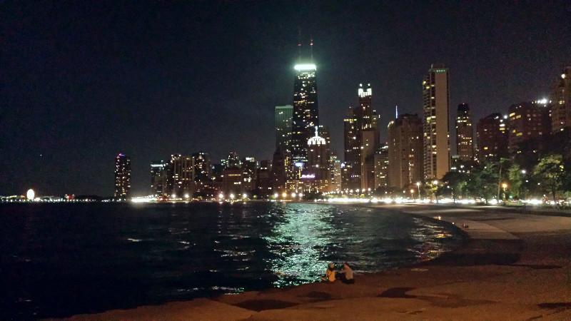 Приятна разходка покрай езерото през нощта