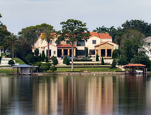 A%20gorgeous%20mansion%20on%20the%20lake