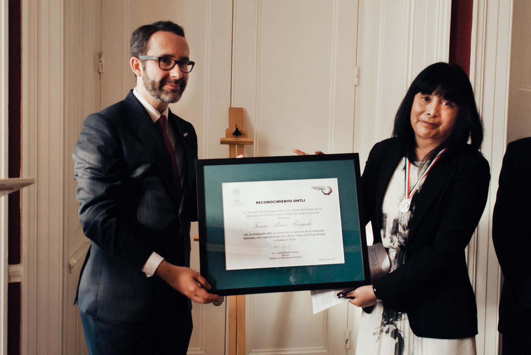 Prof Alonso recibe Premio Ohtli
