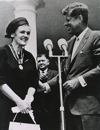 461px-Frances_Oldham_Kelsey_and_John_F._Kennedy.jpg