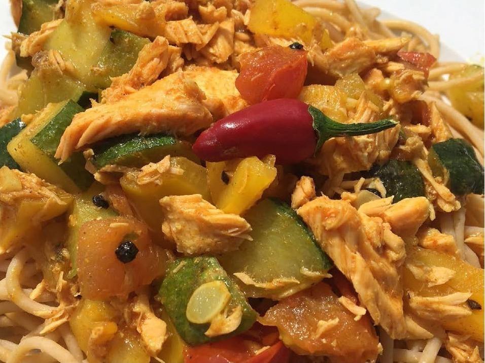 Lachs-Gemüse-Sauce mit Nudeln