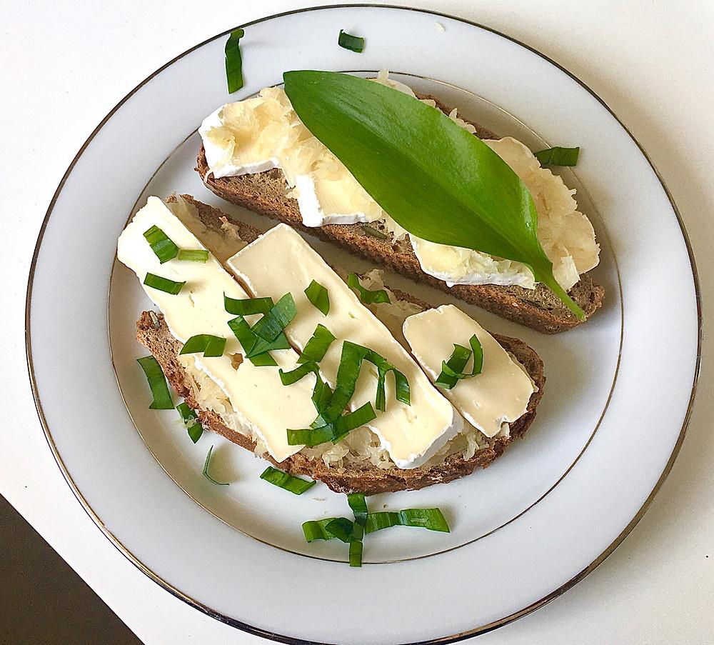 Vollkornbrot mit Camembert und Sauerkraut
