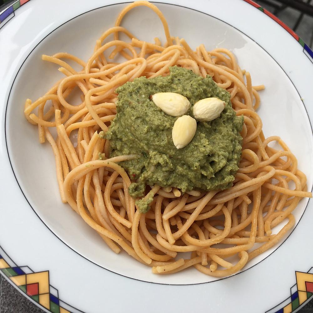Lupinenspaghetti mit Brokkolipesto (gruen)