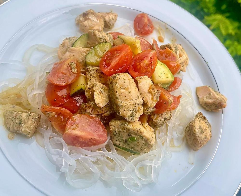 Lachs mit Zucchini und Konjaknudeln (grün)