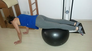 O método de condicionamento físico criado por Joseph Pilates, também chamado de contrologia, tem como objetivo o controle da mente sobre os movimentos do corpo e combina fortalecimento com flexibilidade.