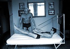 As aulas de Pilates trabalham corrigindo desequilíbrios musculares devido à má postura ou má utilização dos músculos.