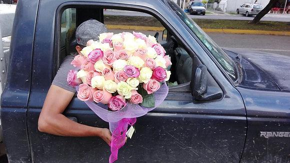 Bouquet redondo 60 rosas con malla