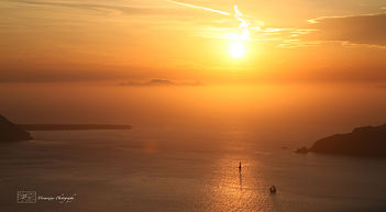 Photograph of the iconic sunset on the greek island of Santorini.