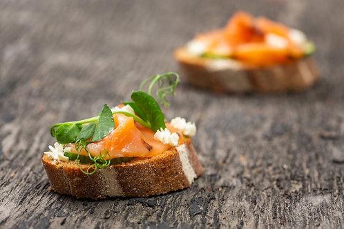 Мини брускетта с норвежским лососем, творожным сыром, соусом Терияки, 30 гр.