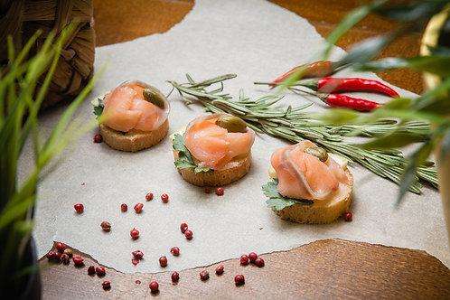 Канапе с лососем, сырным кремом и каперсами (на белом хлебе), 25 гр.