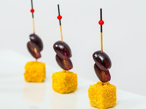 Кукурузный куб из твердого сыра в сочетании с оливковым виноградом, 25 гр.