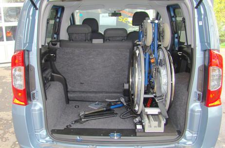 ladeboy-S-stehend-im-kofferraum.jpg