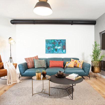 לופט ברעננה קיר בטון קמין מודרני בקיר טלויזיה