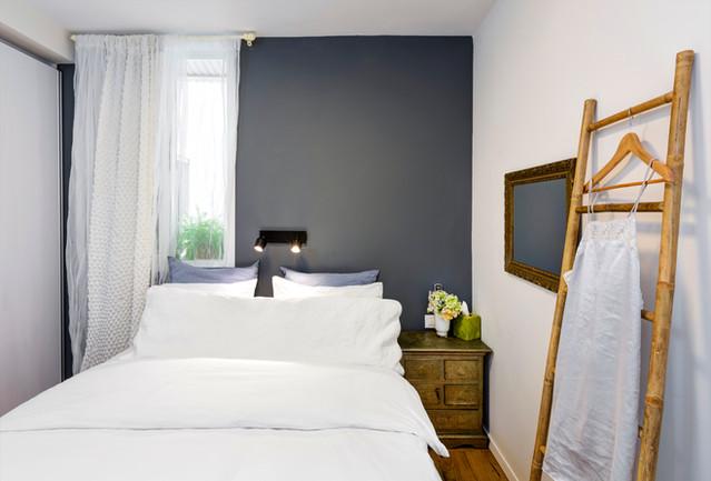 חדר שינה קיר כהה
