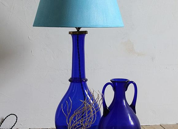 Lamp en vaas in blauw glas