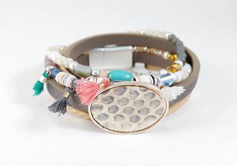 Bracelet cuirette taupe, rang de billes coloré, pompon, ovale motif serpent